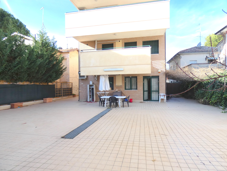 RICCIONE ABISSINIA, appartamento in vendita piano terra con esterno lastricato