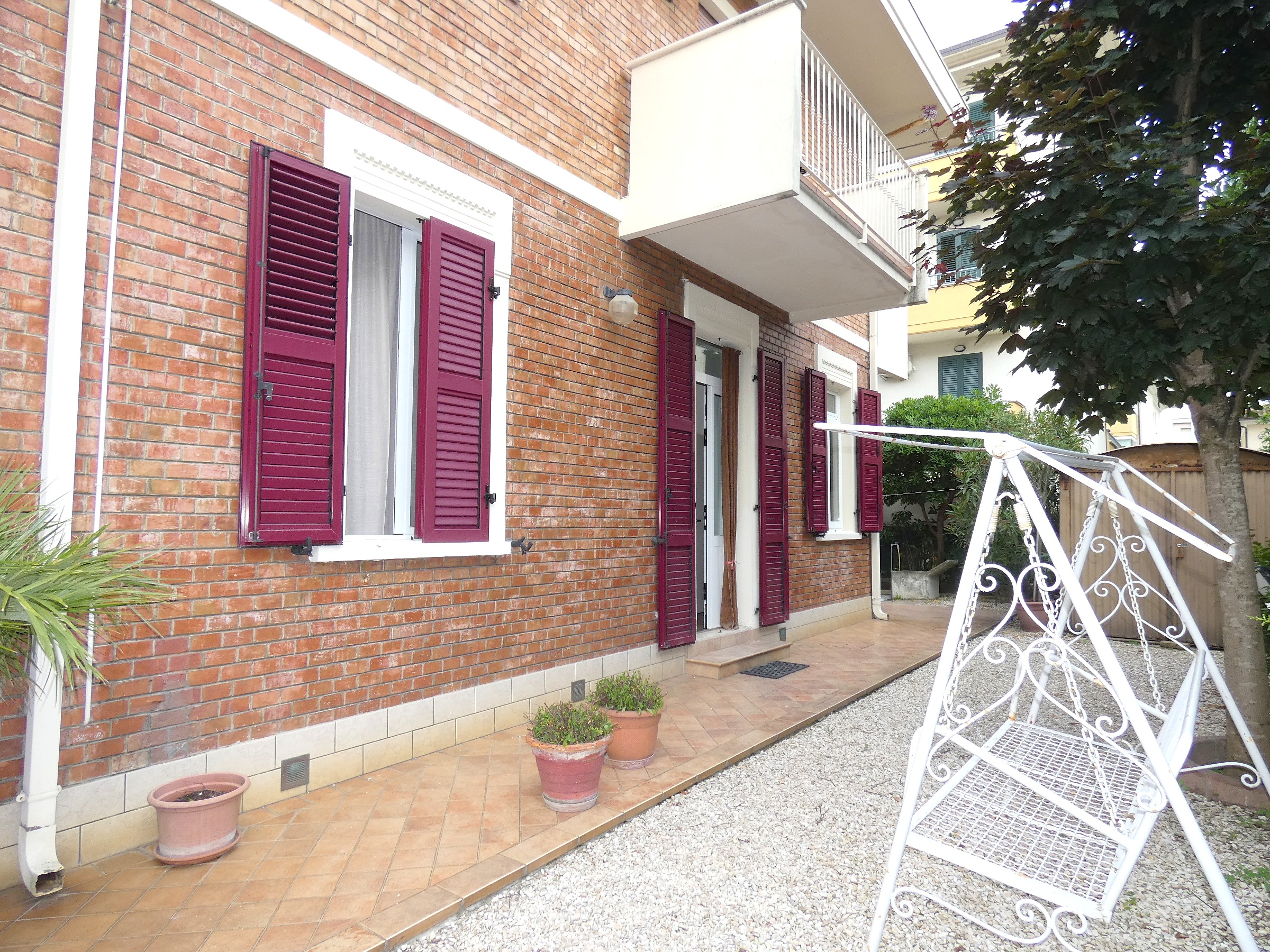 RICCIONE ABISSINIA, Ampio appartamento in villa con splendida corte esterna