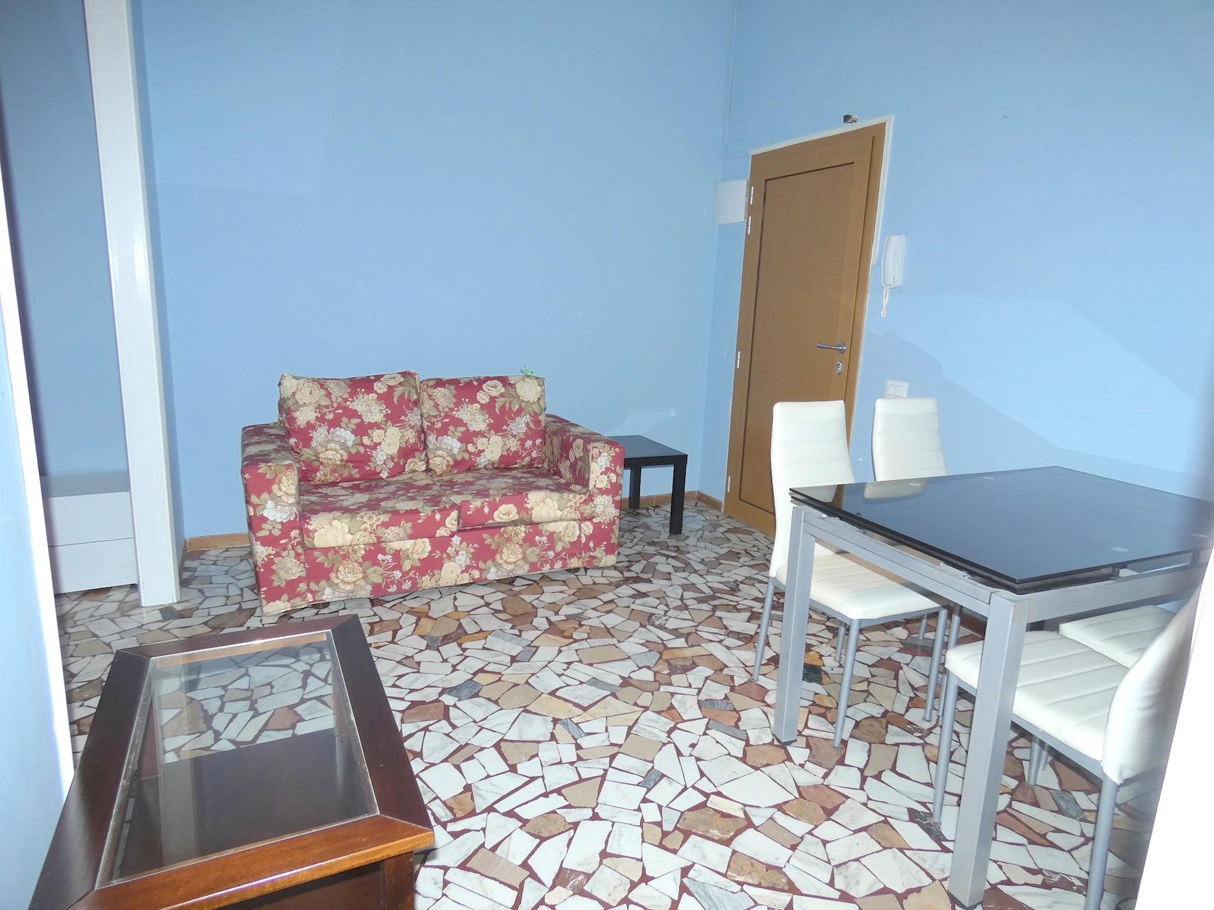 VIALE CECCARINI, Bilocale con 4 posti letto  in affitto stagionale estivo