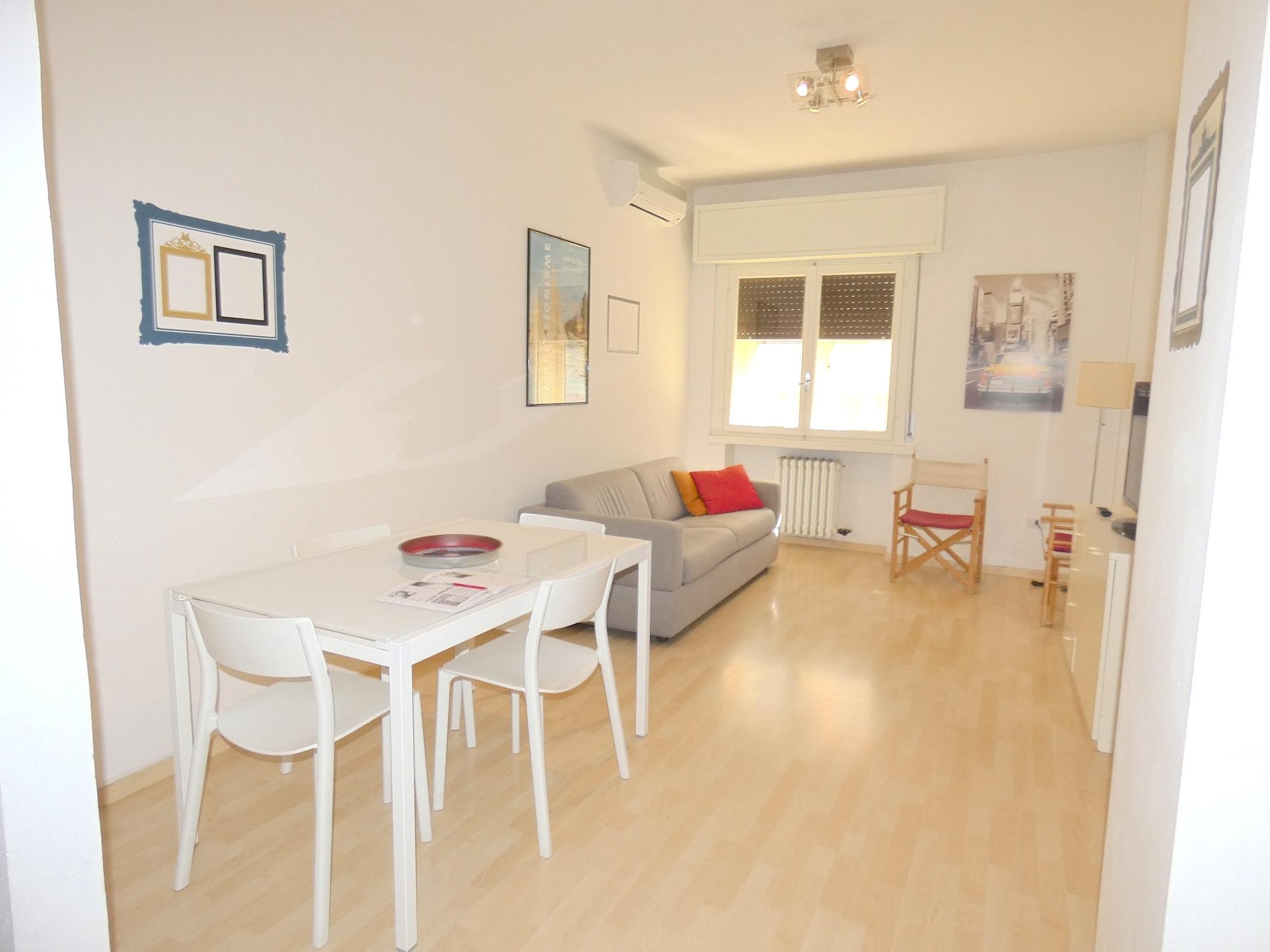 RICCIONE CECCARINI, Ampio appartamento in affitto stagionale palazzina FRONTE  MARE