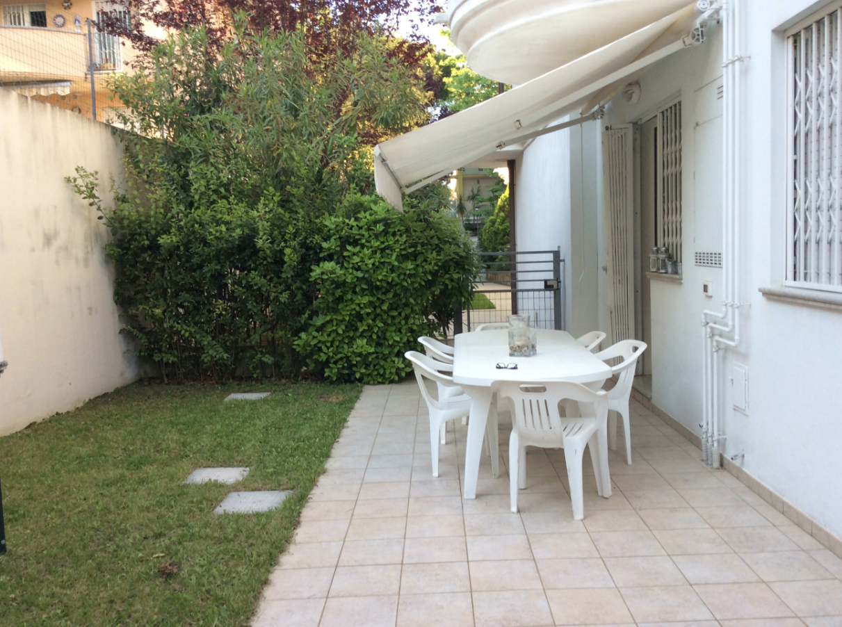 RICCIONE ABISSINIA, Trilocale con giardino privato in affitto estivo