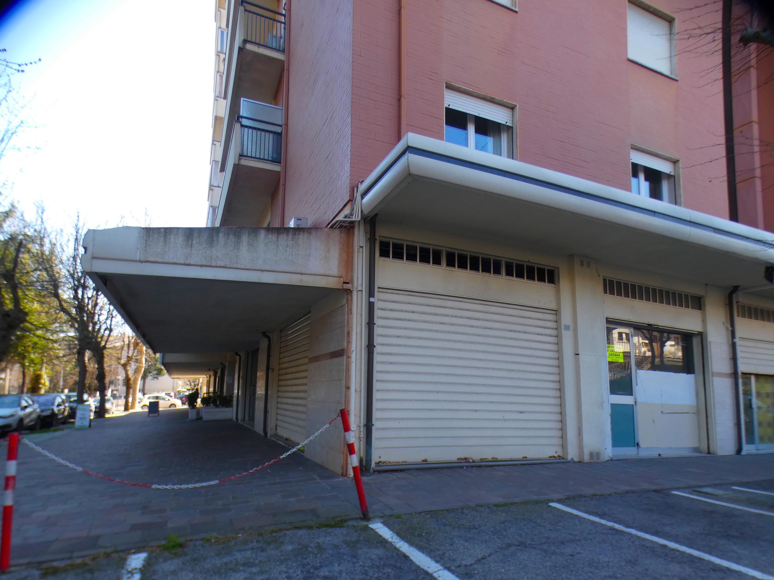 RICCIONE CECCARINI ALTA, negozio commerciale 42mq in vendita