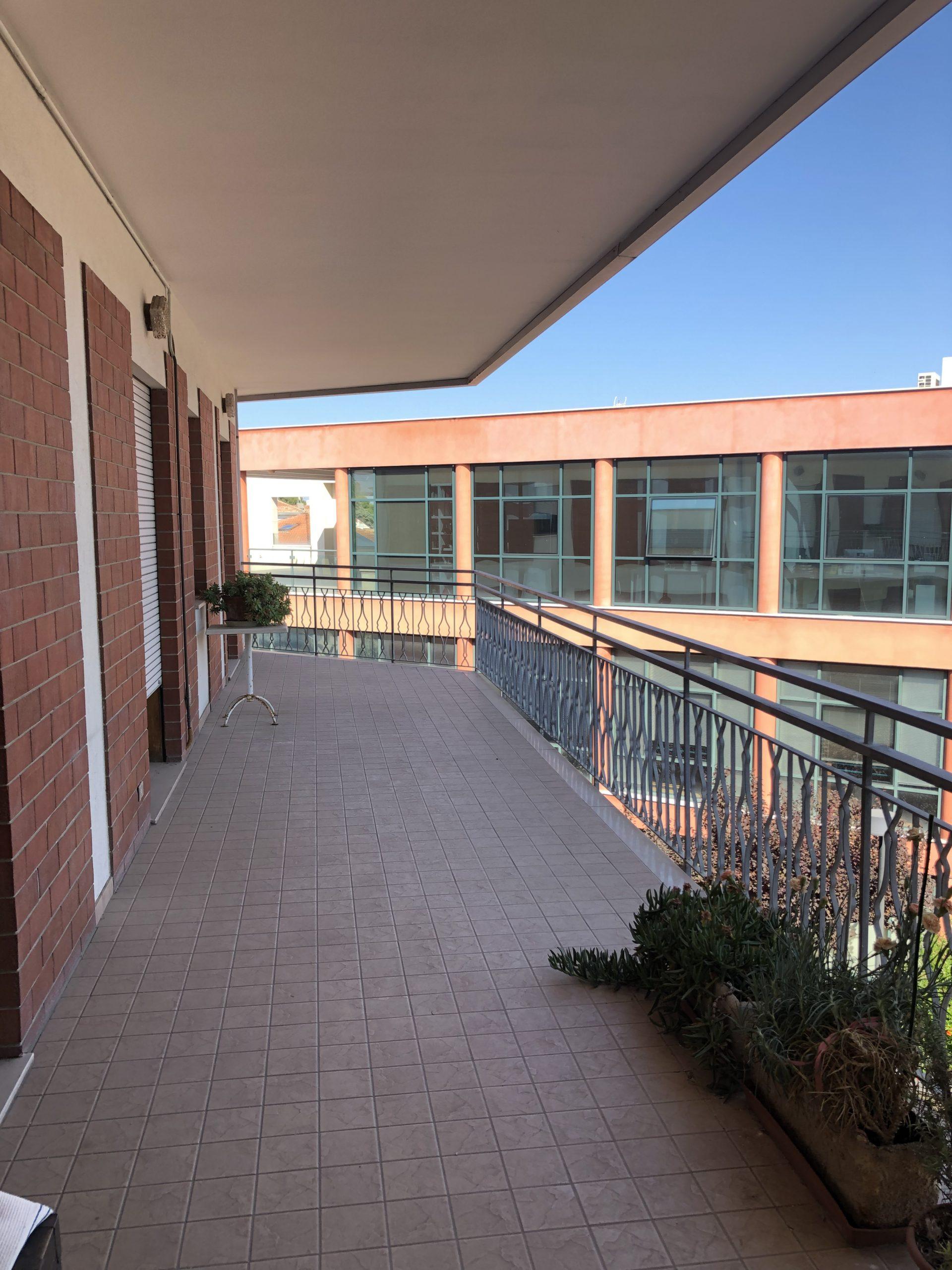 RICCIONE PAESE, 5 locali con spazioso terrazzo abitabile.